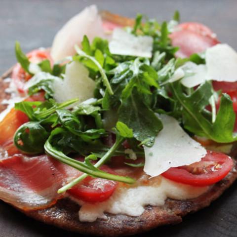 5-Minute Flatbread Pizza with Prosciutto, Arugula, and Mozzarella
