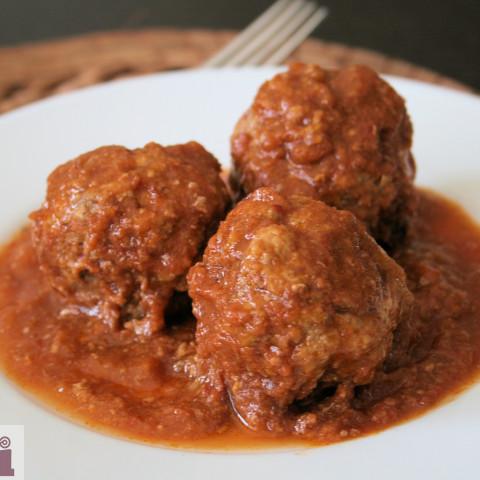 Meatballs with pork rinds in chipotle sauce (Albondigas con chicharron)
