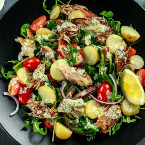 Zeleninový šalát s údenou makrelou