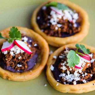 Sopes de Frijoles y Queso con Chile Arbol