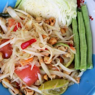 Thai green papaya salad recipe (som tam ส้มตำ)