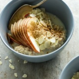 Almond and cinnamon scented oatmeal