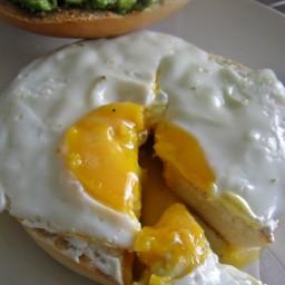 Bagel de desayuno con huevo y aguacate