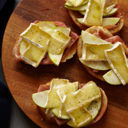 Baked Prosciutto and Brie with Apple Butter