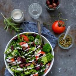 Broccolisalat med oliven, linser og kapers
