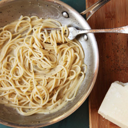 Cacio e Pepe (Spaghetti With Black Pepper and Pecorino Romano)