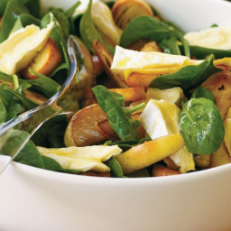 Camembert, apple and spinach salad with garlic toasts