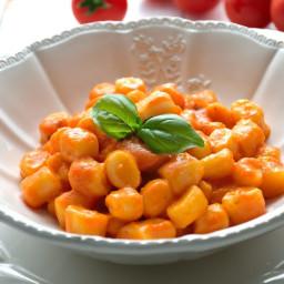 Chicche di ricotta con salsa cremosa di pomodori ciliegini e basilico