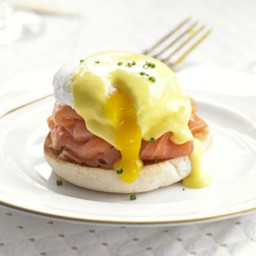 Eggs Benedict with smoked salmon and chives