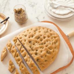Focaccia integral com alecrim e tapenade de azeitona