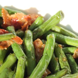 FRESH GREEN BEANS WITH GARLIC AND BACON
