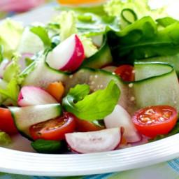 Fresh Salad with Garlic and Yogurt Dressing
