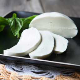 homemade-mozzarella-cheese-2559805.jpg