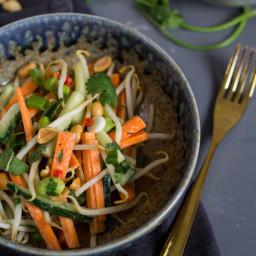 Knackiger Asia-Salat mit Miso-Dressing