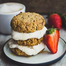 Leckere Frühstückskekse aus Hafer mit einer Joghurt Ahorn Creme (vegan)