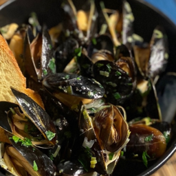 Moules Marinière (Mussels with Garlic and Parsley)