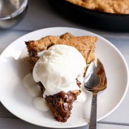Nutella Stuffed Deep Dish Chocolate Chip Skillet Cookie (Pizookie)