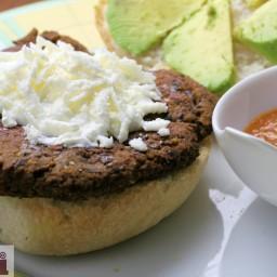 Oaxacan black bean burger (Hamburguesa de frijoles negros estilo Oaxaca)