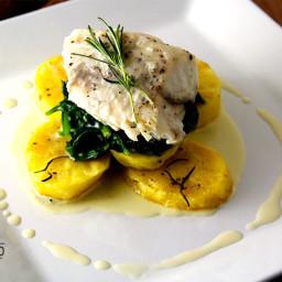 Pappilote de Peixe Branco com Espinafre, Batatas Assadas e Molho de manteig
