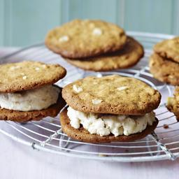 Peanut butter cookies with banana ice cream