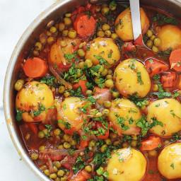 Petits pois, carottes et pommes de terre en sauce tomate (légumes mijotés)