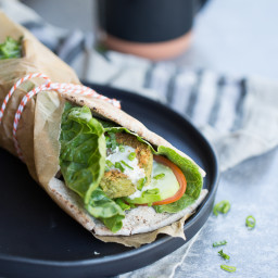 Pita con falafel de cilantro y pepitas