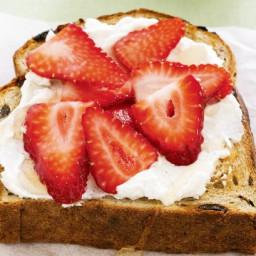 Raisin toast with ricotta and berries
