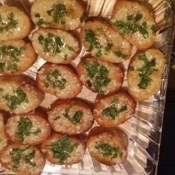 roasted-garlic-brie-toasts-2.jpg