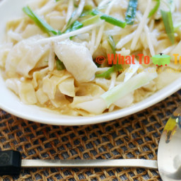 SAN LAU HOR FUN / CANTONESE-STYLE FLAT RICE NOODLES WITH FISH AND BEAN SPRO
