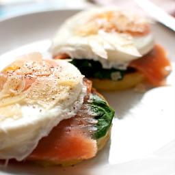 śniadanie mistrzów: scones ziemniaczane z łososiem szpinakiem i jajkiem w k