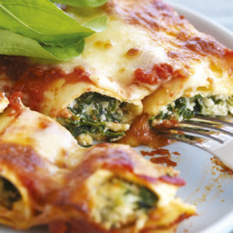 Spinach & Ricotta Cannelloni with Tomato Sauce