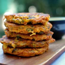 szybkie placki z hummusu z marchewką i brokułem
