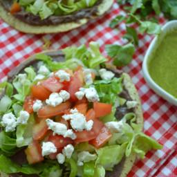 Tostadas de frijoles con aderezo de cilantro