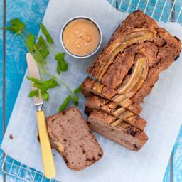 Vegansk og glutenfri banankage med peanutbutter og chokolade