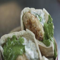 Zalmburgers met Komkommersla en Salsa Verde